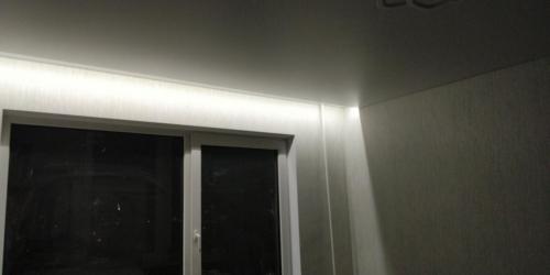 белая подсветка отделяет пространство натяжного потолка