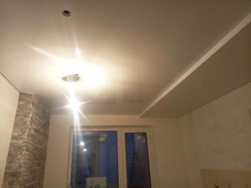 белый глянцевый потолок (1)