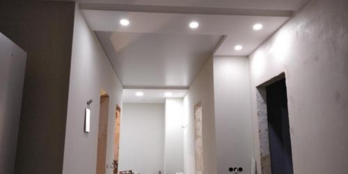 белый мат в несколько уровней в коридоре