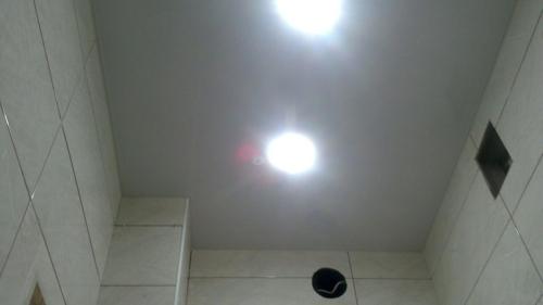 белый потолок в туалете