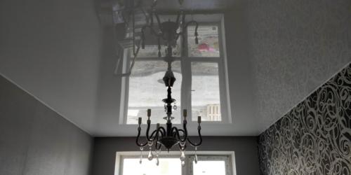 большая комната в глянцевом натяжном потолке
