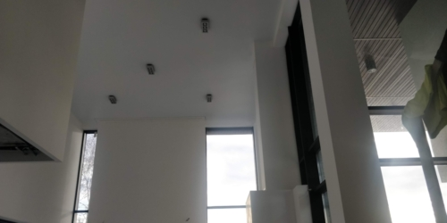 высокие потолки украшает белый мат