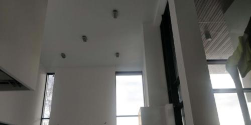 высокие потолки украшает белый мат (1)