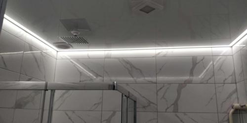 в ванной с подсветкой
