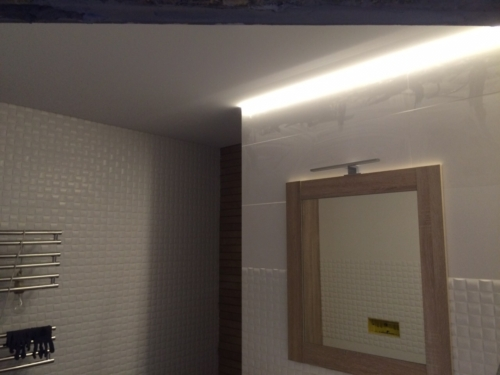 в коридоре парящий профиль на потолке