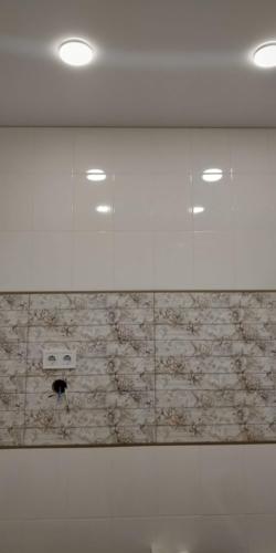 в небольшой ванной светлое натяжное полотно (1)