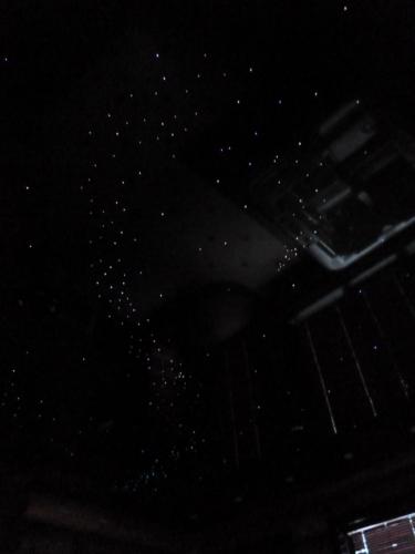 звезды на темном натяжном потолке