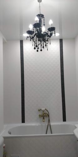 изящная люстра на натяжном потолке в ванной