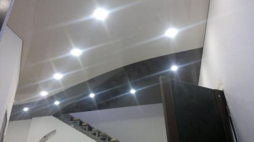 комбинация черно-белого натяжного потолка