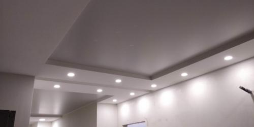 коридор увеличили светлым полотном