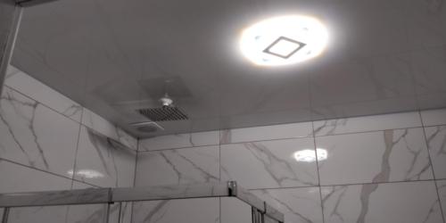 красивый белый натяжной потолок в душе