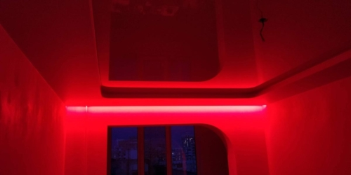 красная подсветка на карнизе