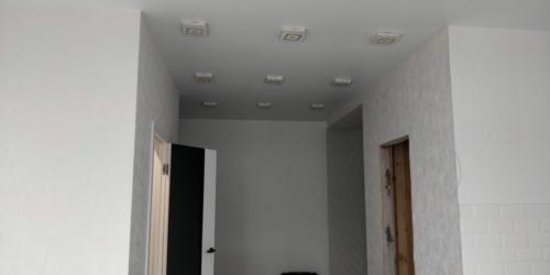 много света в коридоре на матовом полотне