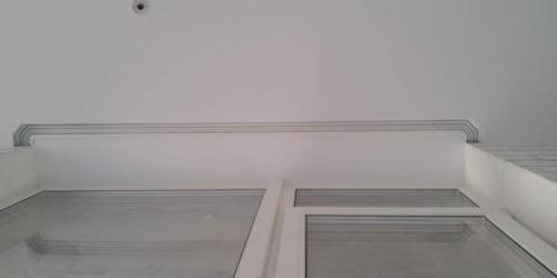 на белом потолке скрытый