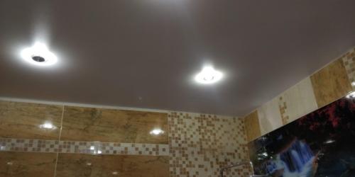необычный натяжной потолок в ванной (1)