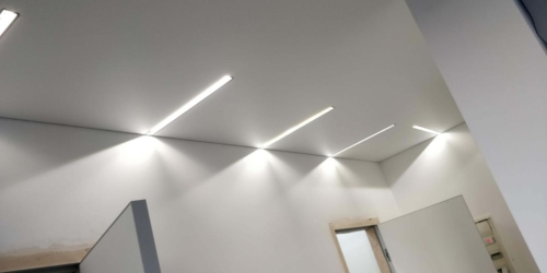 несколько линий из света на потолке (1)