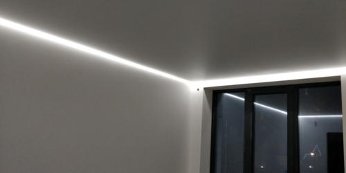 парящий белый потолок в зале