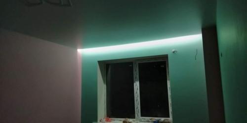 подсветка в спальне на натяжном потолке