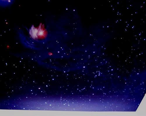 реальные звезды светят в темноте на полотне