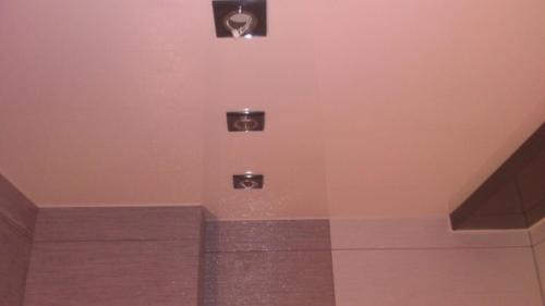 розовое полотно в туалете