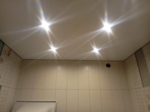 светлое полотно в ванной комнате
