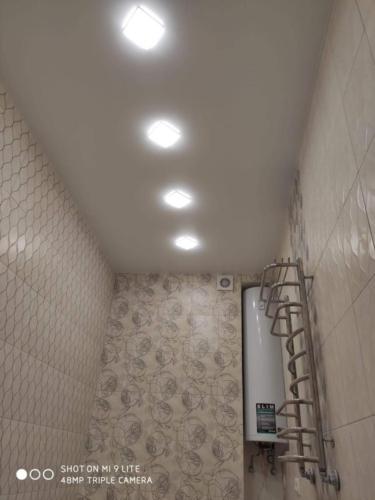 светлый натяжной потолок увеличивает ванную