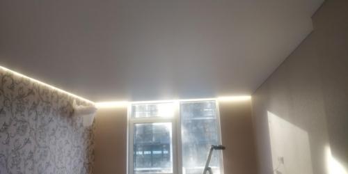 светлый парящий потолок