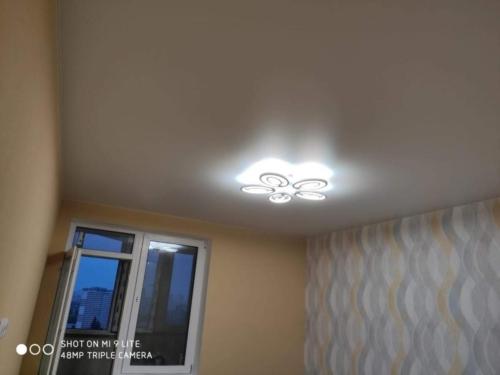светлый потолок в зале