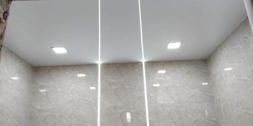 световые линии в ванной на светлом потолке (1) (1)
