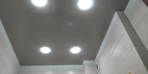 серое глянцевое полотно в туалете