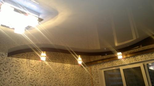 темно-светлый потолок в два уровня