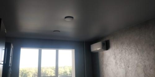 цвет полотна немного темнее стен