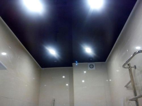черное полотно в туалете
